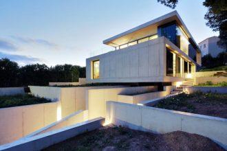 """""""Los arquitectos de SCT Estudio de Arquitectura, realizaron el diseño de arquitectura de esta moderna vivienda, ubicada en Costa d'en Blanes."""""""