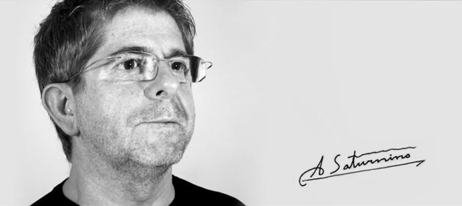 """""""Estudió diseño en la """"Torres Peris"""" escuela de artes aplicadas en Valencia. Ha ganado el Primer Premio de diseño Industrial, Comunidad de Murcia, Premio 1999. """"  Entrevista con Antonio Saturnino Entrevista"""