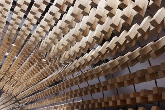 """""""McCafé El Zapote presenta un espacio abierto rodeado de una piel tridimensional uniforme, formada por miles de bloques de madera que expresan tres conceptos principales."""""""