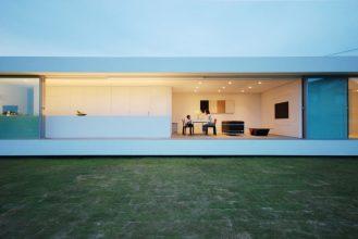 """""""Situado en el paisaje rural de Fukui, se creó esta residencia para una pareja joven con un niño y su abuela.""""  Proyectos de Arquitectura: Residencia M por Shinichi Ogawa & Associates 13 329x220"""