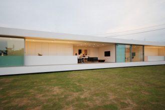 """""""Situado en el paisaje rural de Fukui, se creó esta residencia para una pareja joven con un niño y su abuela.""""  Proyectos de Arquitectura: Residencia M por Shinichi Ogawa & Associates 24 329x220"""