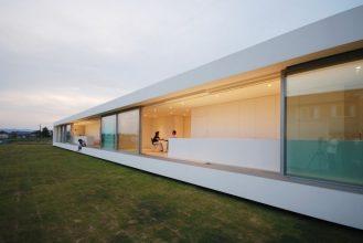 """""""Situado en el paisaje rural de Fukui, se creó esta residencia para una pareja joven con un niño y su abuela.""""  Proyectos de Arquitectura: Residencia M por Shinichi Ogawa & Associates 33 329x220"""