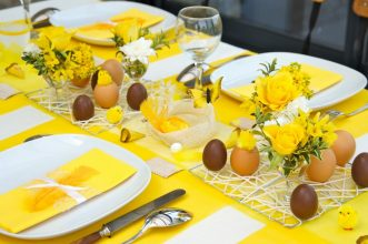 """""""Queremos mostraros algunas sencillas ideas para hacer un original centro de mesa para la época de Pascua.""""  Cómo decorar la mesa para Pascua Como decorar la mesa para Pascua 2 331x220"""