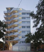 """""""El edificio de departamentos verticales es quizá el programa arquitectónico más subestimado en Argentina."""""""