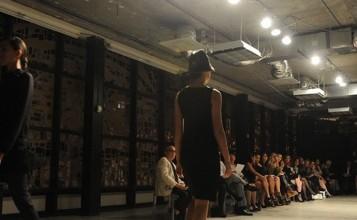 """""""La exclusiva marca de ropa femenina Akris inauguró recientemente su nueva boutique en Bal Harbour y para celebrarlo organizó un íntimo desfile de modas en la National YoungArts Foundation.""""  Akris celebra la apertura de su nuevo local con un exclusivo desfile de modas Boutique Akris Fashion in Florida 357x220"""