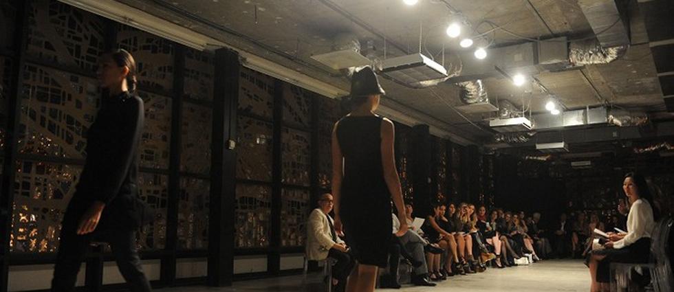 """""""La exclusiva marca de ropa femenina Akris inauguró recientemente su nueva boutique en Bal Harbour y para celebrarlo organizó un íntimo desfile de modas en la National YoungArts Foundation.""""  Akris celebra la apertura de su nuevo local con un exclusivo desfile de modas Boutique Akris Fashion in Florida"""