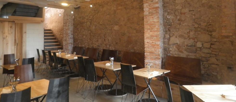 """""""El restaurante Somiatruites, en el barrio del Rec de Igualada, se ha transformado recientemente en un centro gastronómico y cultural diseñado por tres jóvenes.""""  Renovación del restaurante Somiatruites en Barcelona Restaurante Somiatruites en Barcelona"""