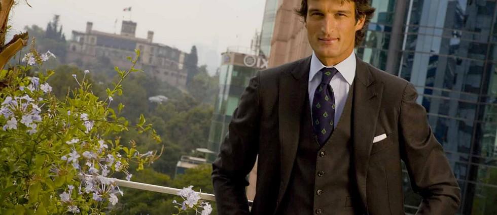 """""""A todo color es el título del último post de Rafael de Medina en la sección ¡Hola! Fashion""""  Rafael de Medina habla del clásico traje de sastre portada24"""