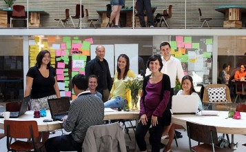 """""""Los clientes de este proyecto de ch+qs arquitectos fueron un grupo de jóvenes emprendedores que querían construir la sede de la red mundial THE HUB en Madrid; oficinas a tiempo compartido para emprendedores sociales, en las que se llevan a cabo proyectos de lo más variopinto que, básicamente, pretenden """"cambiar el mundo"""".""""  Antes un garaje, ahora las oficinas Hub Madrid  Emprendedores 357x220"""