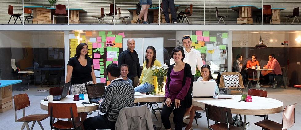 """""""Los clientes de este proyecto de ch+qs arquitectos fueron un grupo de jóvenes emprendedores que querían construir la sede de la red mundial THE HUB en Madrid; oficinas a tiempo compartido para emprendedores sociales, en las que se llevan a cabo proyectos de lo más variopinto que, básicamente, pretenden """"cambiar el mundo"""".""""  Antes un garaje, ahora las oficinas Hub Madrid Emprendedores"""