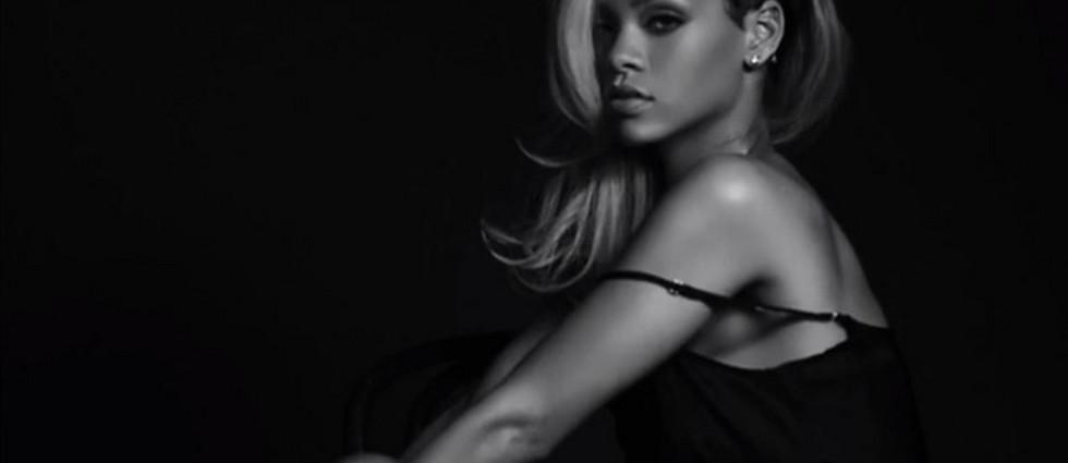 """""""Censurado el anuncio del nuevo perfume de Rihanna - Según indicó The Guardian, las autoridades que regulan la publicidad en Reino Unido (ASA) calificaron el anuncio de """"sexualmente sugerente"""", pidiendo que no sea puesto donde pueda ser visto por niños""""  Anuncio del nuevo perfume de Rihanna: Censurado portada21"""