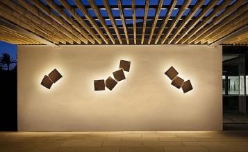 """""""ORIGAMI es una luminaria wallart para exteriores, basada en apliques, que permite hacer tantas configuraciones como se desee. Diseñada por Ramón Esteve para Vibia. Está disponible en tres colores: lacado blanco, óxido o verde óxido mate.""""  Ideas para exterior: aplique Origami de Vibia portada 357x220"""