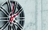 """""""Porsche Driver's Selection está ampliando su colección obras maestras lanzada en 2013 con un exclusivo reloj de pared de llanta."""" Iconos de Porsche para el hogar: Complementos de decoración nuevo reloj pared porshe 156x100"""