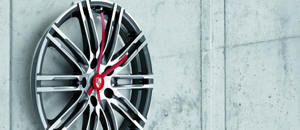 """""""Porsche Driver's Selection está ampliando su colección obras maestras lanzada en 2013 con un exclusivo reloj de pared de llanta.""""  Iconos de Porsche para el hogar: Complementos de decoración nuevo reloj pared porshe"""