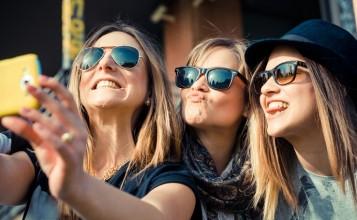 """""""Hay determinadas cosas que todos queremos en nuestra galería de fotos, como por ejemplo el selfie, una de las fotos más repetidas este verano por todos""""  Lo más fotografiado en verano portada 357x220"""