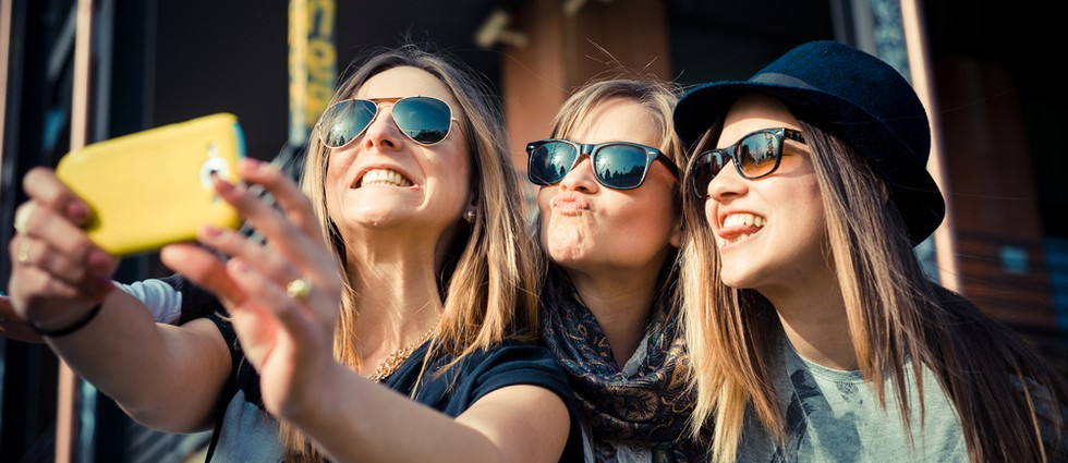 """""""Hay determinadas cosas que todos queremos en nuestra galería de fotos, como por ejemplo el selfie, una de las fotos más repetidas este verano por todos""""  Lo más fotografiado en verano portada"""