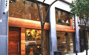 Fieles reproducciones elaboradas artesanalmente a escala 1:6, que nos hacen un repaso visual de los mejores diseños del siglo XX.  Showroom de Vitra en Barcelona, una de las tiendas de diseño más punteras tienda de decoracio vitra barcelona 357x220