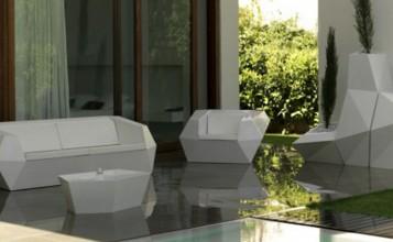 """""""Las formas, las texturas, los colores y el glamour de los ambientes provocan una experiencia totalmente nueva y distinta.""""  Vondom, una firma de mobiliario exterior con mucho glamour Mobilario vondom marcas de lujo 357x220"""