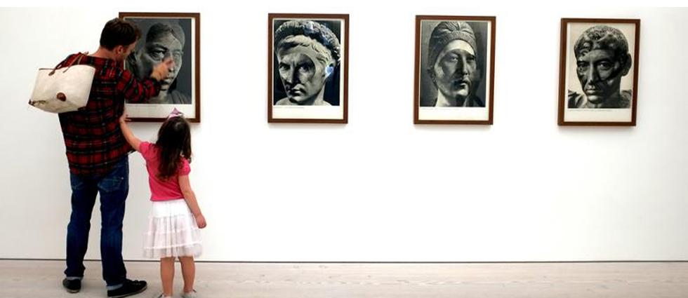 """""""Con un programa abierto y diverso, trata de mostrar el amplio abanico del arte actual, presentando artistas contemporáneos nacionales e internacionales.""""  Galeria AD HOC, una galería de vanguardia desde 1990 ad hoc galeria en vigo 3"""