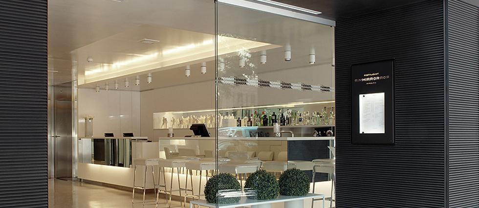 """""""Este moderno hotel, ubicado en un edificio de diseño vanguardista, cuenta con una ubicación privilegiada en el corazón de Barcelona.""""  The Mirror Barcelona, un hotel de 4 estrellas en Barcelona Hotel Mirror en Barcelona 4"""
