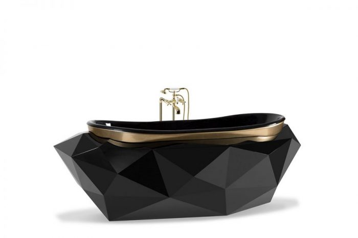 Diamond Bathtub designed in fibreglass with a luxurious black high-gloss finishing. The diamond-shaped sculptural body is based on its name, making it an exquisite item in any modern bathroom. This bathtub also presents a golden rim, a small detail that stands out. villa moderna y lujuosa Una Villa Moderna y lujuosa de 8.5 millones por Covet House diamond bathtub maison valentina 01 900x600 1